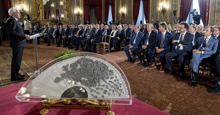 Il ventaglio offerto dalla stampa parlamentare al capo dello Stato Mattarella