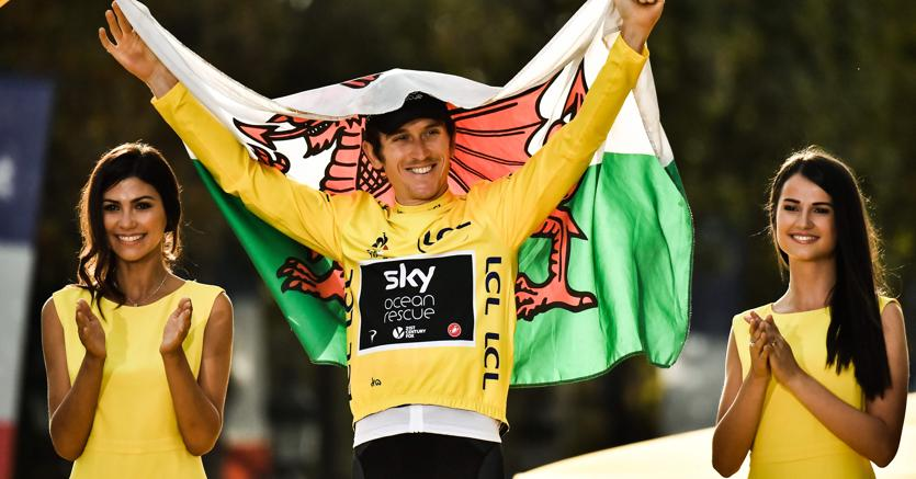 Il gallese Geraint Thomas, del team Sky, festeggia la vittoria al Tour de France 2018  - / AFP PHOTO / Marco BERTORELLO