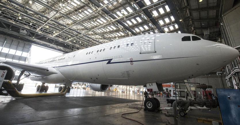 L'aereo di Stato il cui contratto di leasing era stato firmato dal Governo Renzi, nell'hangar di Fiumicino