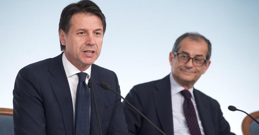 Il presidente del Consiglio, Giuseppe Conte, e il ministro dell'Economia e Finanze, Giovanni Tria.  (Ansa)