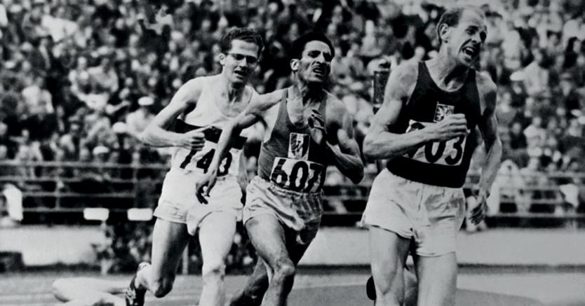 Olimpiadi di Helsinki.  Emil Zátopek in testa, seguito dal francese Alain Mimoun e dal tedesco Herbert Schade,    durante la finale dei 5mila metri, il 26 luglio 1952. Nella sua carriera Zátopek, quattro volte campione olimpico (1948: 10mila metri;1952: 5mila, 10mila e maratona), stabilì  18  record mondiali (Afp)