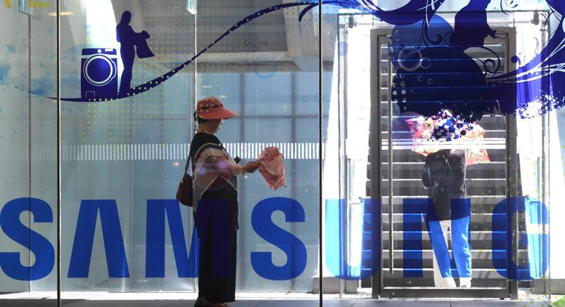 Davanti allo showroom di Samsung, a Seul (Afp)