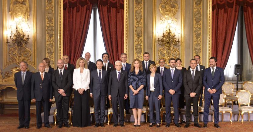 I componenti del governo Conte il giorno del giuramento al Quirinale alla presenza del Capo dello Stato Sergio Mattarella (foto Imagoeconomica)