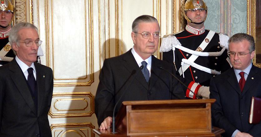 Gaetano Gifuni al centro (Ansa)