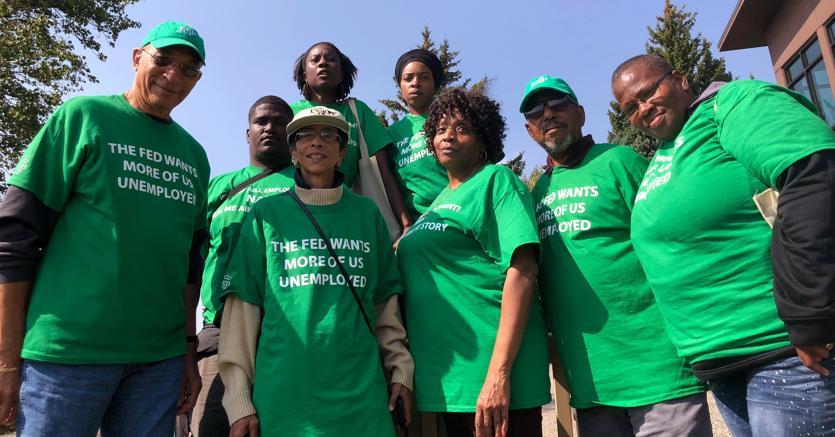 Attivisti del gruppo  di lavoratori,  Fed Up manifestano fuori da Lake Lodge a Jackson Hole, Wyoming