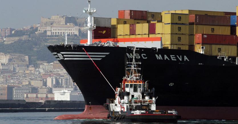 Il porto di Napoli. (ANSA/Cesare Abbate)