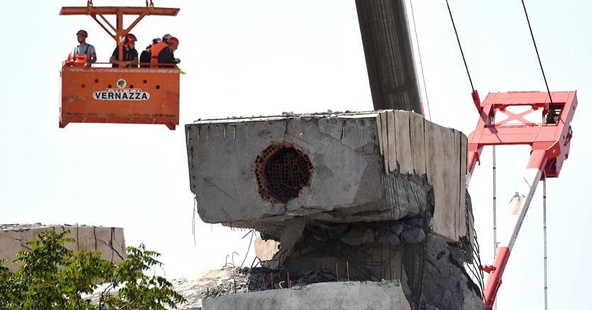 I  tecnici ispezionano i resti del ponte Morandi di Genova. (Ansa/Luca Zennaro)