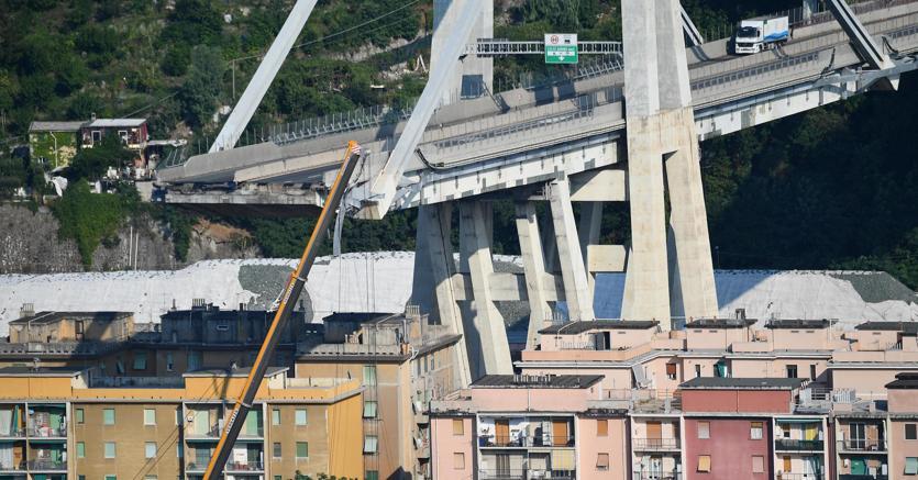 I resti del ponte Morandi incombono sulle case sottostanti (Ansa)