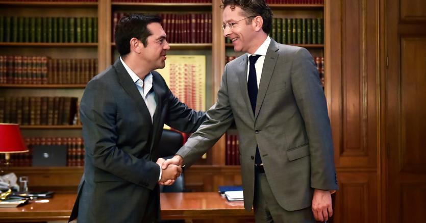 Il premier greco Alexis Tsipras (a sinistra), con l'ex presidente dell'Eurogruppo Jeroen Dijsselbloem (Afp)