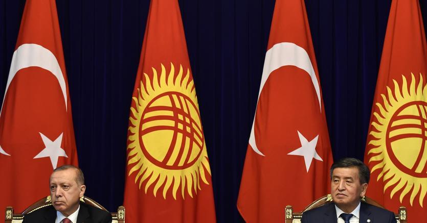 Da sinistra, il presidente turco Erdogan con quello del Kirghizitan Jeenbekov (Afp)