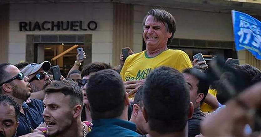 Brasile, Jair Bolsonaro accoltellato durante una manifestazione: il momento dell'aggressione