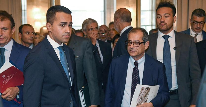 Il vicepremier Luigi Di Maio ha smentito che i Cinque Stelle abbiano esercitato delle pressioni sul responsabile dell'Economia Giovanni Tria in vista della legge di Bilancio (foto Ansa)