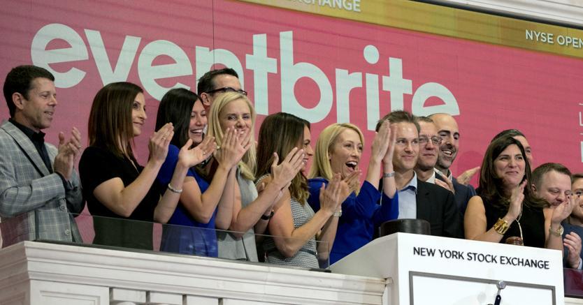 Suono della campanella a Wall Street per l'avvio delle contrattazioni (Ap)