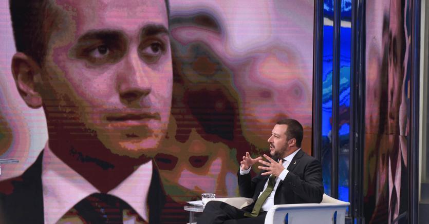 Matteo Salvini e, nello schermo,  Luigi Di Maio (Italy Photo Press)