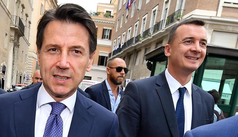 Il premier Giuseppe Conte e il portavoce e capo ufficio stampa Casalino (Ansa)
