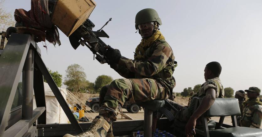 Dopo uno stallo durato nove mesi al via l'operazione italiana in Niger per l'addestramento delle forze di sicurezza locali, impegnate nel cotrasto ai trafficanti di uomini (Fotogramma)