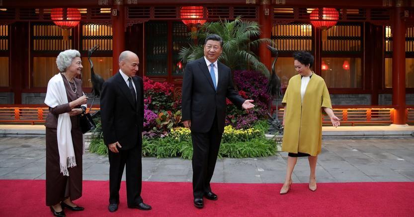 Il presidente cinese Xi Jinping (il terzo da sinistra) con la moglie riceve il re cambogiano Norodom Sihamoni e consorte (Reuters)