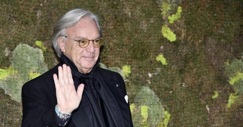 e112f7f4d061 La vendita di Versace accende faro su lusso, analisti cauti su Moncler e  Tod s