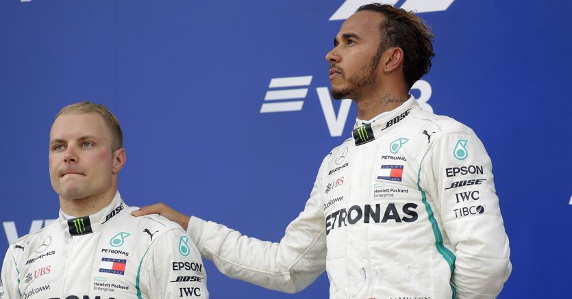 Valtteri Bottas e  Lewis Hamilton sul podio al termine del Gran premio di Russia a Sochi (Epa)