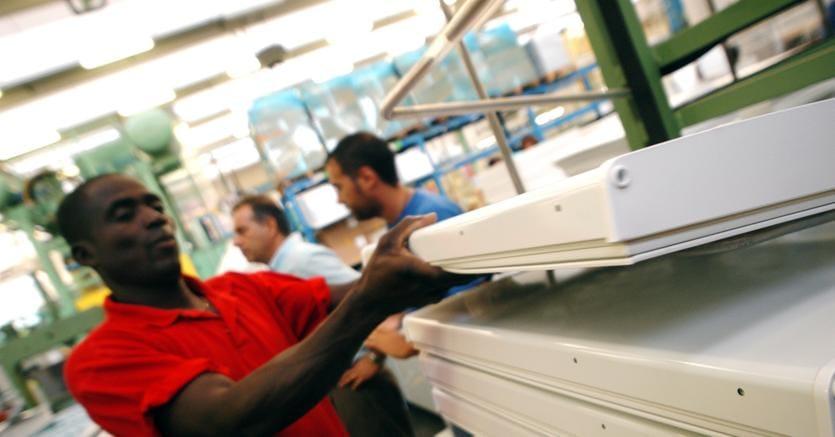 I 5 milioni di stranieri regolari contribuiscono ad aumentare il numero degli occupati, a produrre quasi il 9% del Pil e ad immettere nelle casse previdenziali 11,9 miliardi di euro (fotogramma)