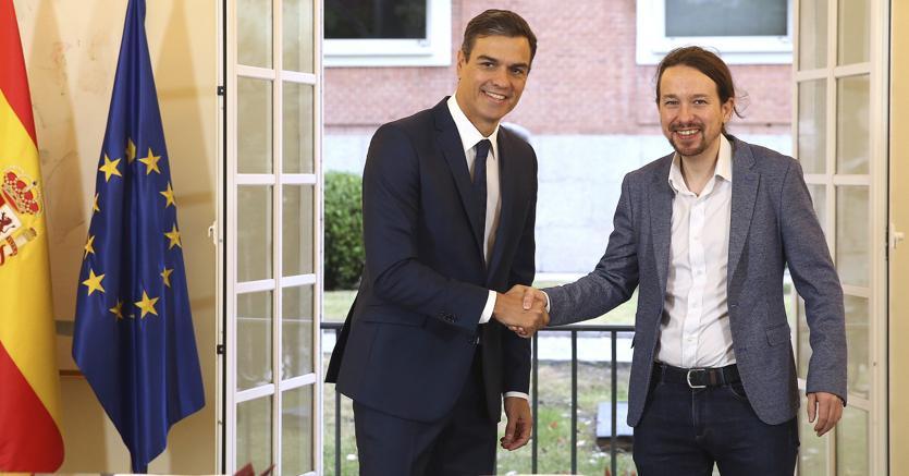 Il premier spagnolo Pedro Sanchez (a sinistra) con il leader di Podemos Pablo Iglesias (Ap)