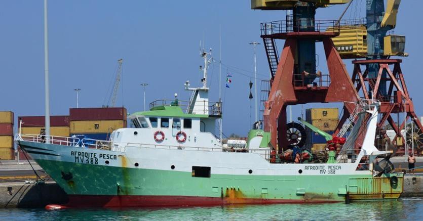 """Dopo essere stati posti sotto sequestro nel porto Ras Al Hilal nella tarda serata del 9 ottobre da motovedette libiche mentre navigavano a circa 29 miglia dalla costa libica di Derna, i due pescherecci della marineria di Mazara del Vallo - """"Afrodite Pesca"""" (nella foto Ansa) con sei uomini a bordo e il """"Matteo Marrarino"""", con sette uomini - sono stati rimessi in libertà"""