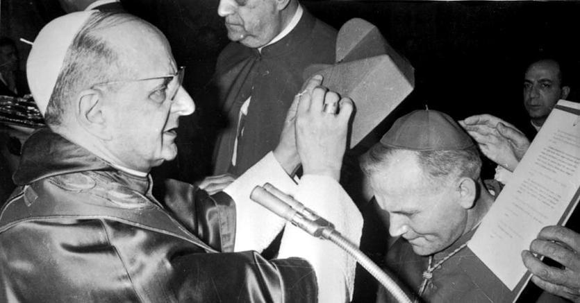 Papa Paolo VI impone la berretta cardinalizia a Karol Wojtyla