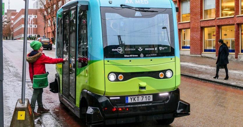 Uno dei piccoli bus verdi e azzurri senza autista (Marka)