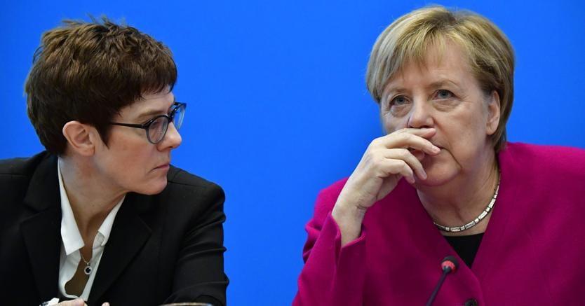 Annegret Kramp-Karrenbauer e la cancelliera Angela Merkel  - Photo by Tobias SCHWARZ / AFP