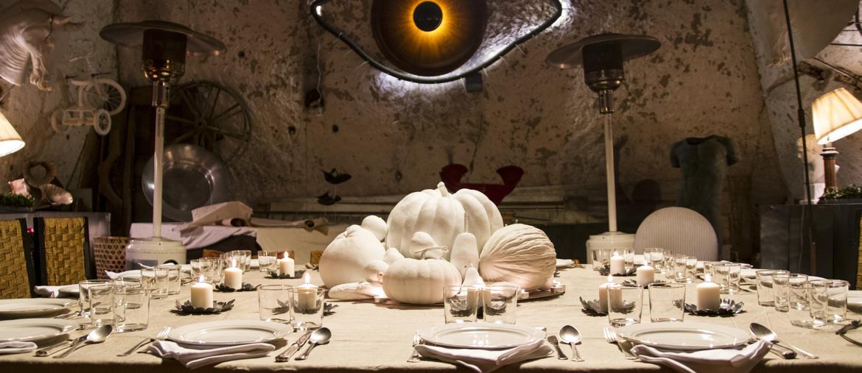 """La """"Grotta"""", il laboratorio dell'artista Michele Iodice che allestisce tavole post moderne con i servizi e le suppellettili create da lui"""