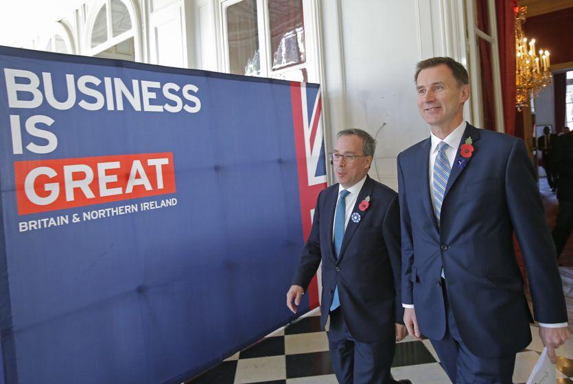 Il sottosegretario britannico agli Esteri, Jeremy Hunt, con l'ambasciatore britannico a Parigi, Edward Llewellyn