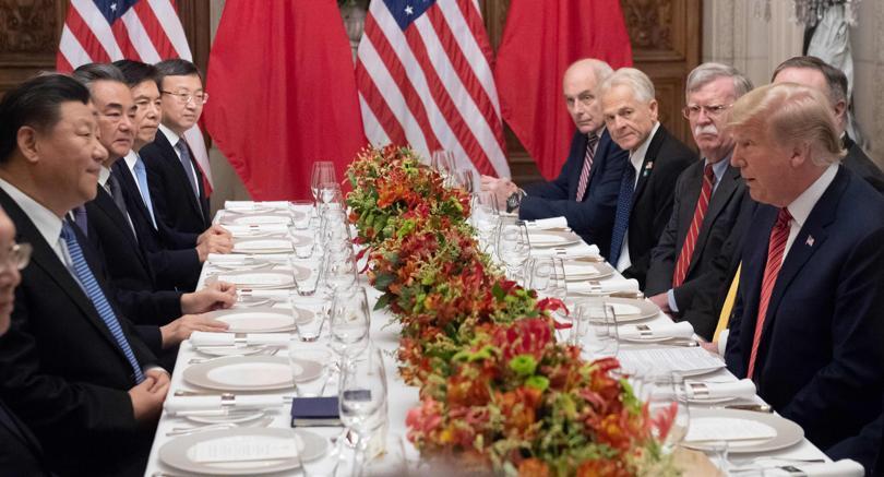 Xi Jinping e Donald Trump, con le rispettive delegazioni, al G20 di Buenos Aires