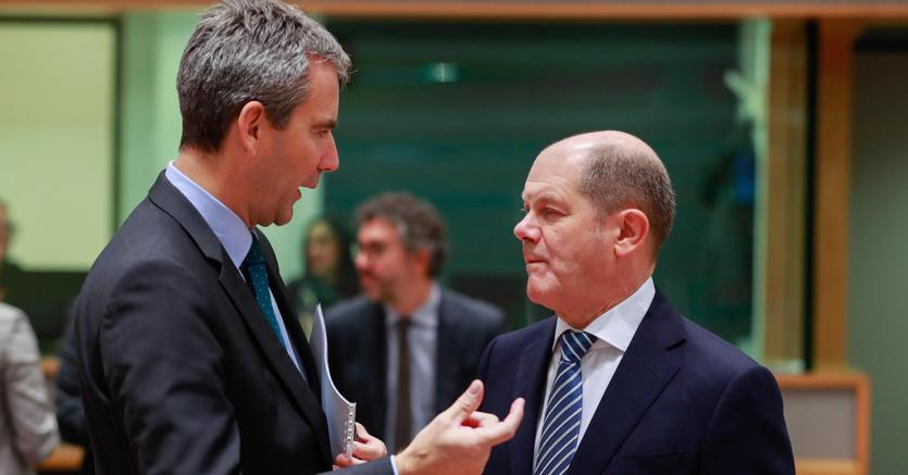 Da sinistra, il ministro delle Finanze austriaco Hartwig Loeger  con il collega tedesco Olaf Scholz (Epa)