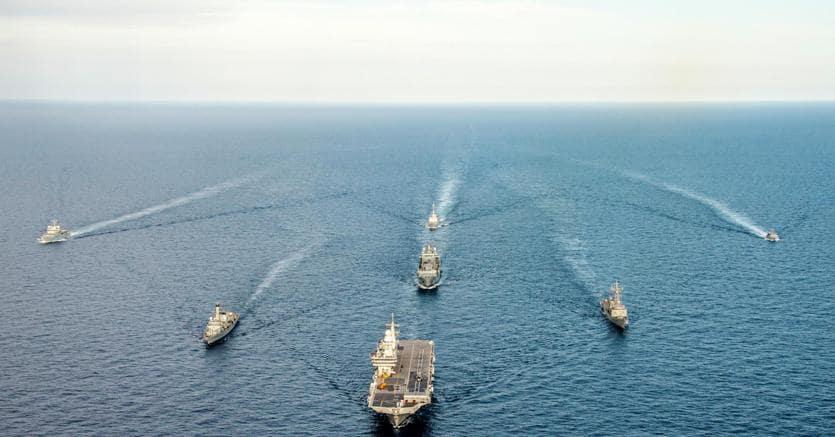 """Dopo due mesi di stallo dei negoziati, con il governo M5s-Lega in pressing per cambiarne le """"regole d'ingaggio"""", l'operazione europea Sophia, lanciata nel 2015 per togliere aria al business dei trafficanti di uomini nel Mediterraneo, ma anche per vigilare sul rispetto dell'embargo alla Libia e addestrare la Marina e la Guardia costiera libiche, potrebbe avere i giorni contati. La missione scadrà il 31 dicembre (nella foto Ansa unità navali in missione)"""