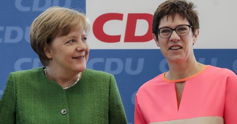 La cancelliera tedesca, Angela Merkel, a sinistra, e la governatrice dello Saarland tedesco, e segretario generale designato per la CDU, Annegret Kramp-Karrenbauer. (AP Photo/Markus Schreiber)