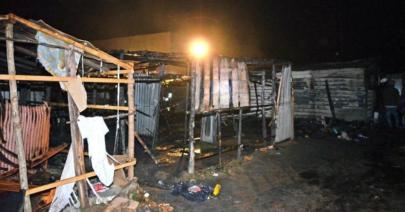 La baracca distrutta dalle fiamme in cui dormiva Surawa Jaith, il diciottenne gambiano morto a San Ferdinando - Ansa