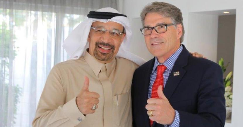 Il ministro saudita Khalid Al Falih, a sinistra,  con il segretario per l'Energia Usa Rick Perry (foto  inviata via Twitter da Al Falih)