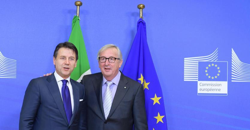 Il presidente del Consiglio Giuseppe Conte  e il presidente della Commissione Europea Jean-Claude Juncker a Palazzo Berlaymont per il vertice sulla manovra (Ansa)