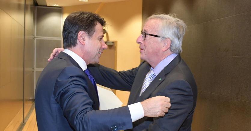Un abbraccio tra il presidente del Consiglio Giuseppe Conte e il presidente della Commissione europea Jean-Claude Juncker a Palazzo Berlaymont, Bruxelles (ANSA)