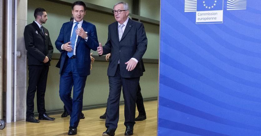Bruxelles. Giuseppe Conte e il presidente della Commissione Ue Jean-Claude Juncker  (Ansa)
