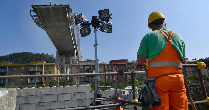 Uno dei monconi del ponte di Genova, dopo il crollo del 14 agosto 2018 (Ansa)