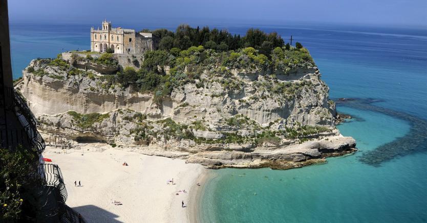 La spiaggia di Tropea  (in provincia di Vibo Valentia) con il santuario di Santa Maria dell'Isola. (Marka)