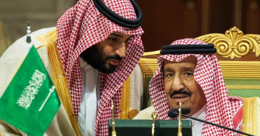 MohammedbinSalman a sinistra parla con suo padre (Ap)