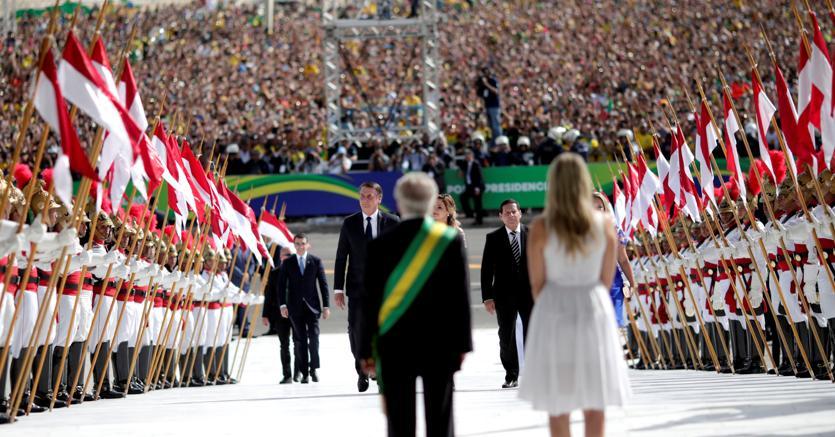 Il presidente brasiliano uscente Michel Temer (di spalle con la moglie) accoglie il nuovo capo dello Stato Jair Bolsonaro