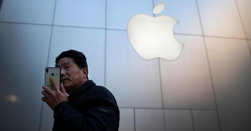 Davanti al  negozio Apple a Pechino (Afp)