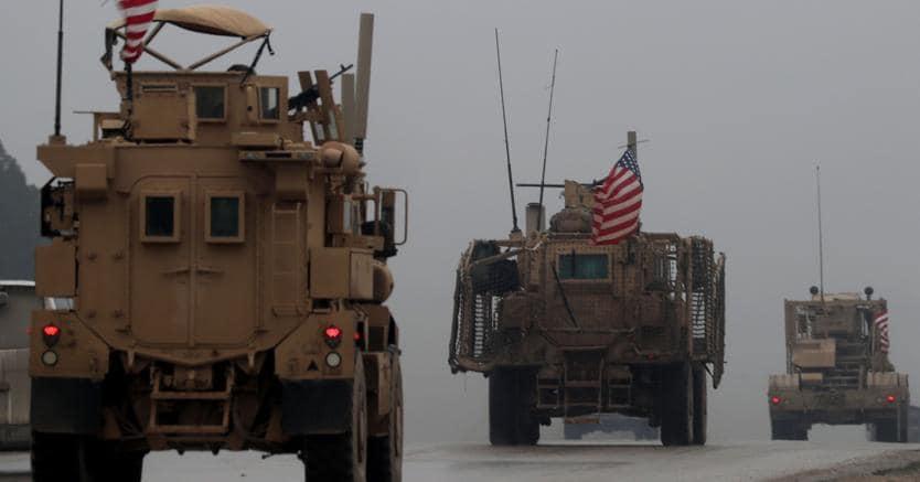 Blindati americani a Manbij, Siria settentrionale. Il ritiro Usa aprirebbe la possibilità di un attacco turco contro le milizie curde alleate degli Stati Uniti