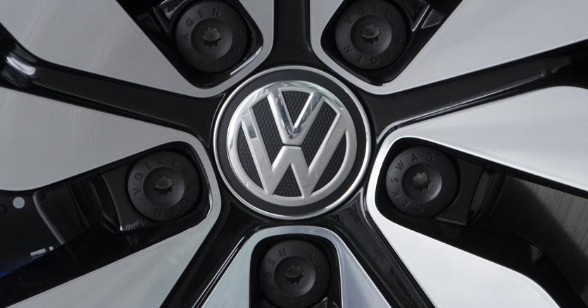 Logo Volkswagen su un'auto elettrica del gruppo (Ap)