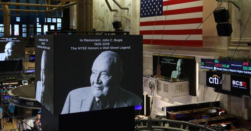 Gli schermi mostrano un omaggio a Jack Bogle,  sul palco della Borsa di   New York (Reuters)