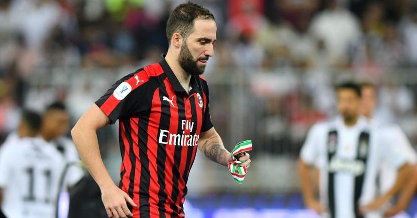 Higuain nella finale di Supercoppa di Lega: finisce (per ora) la parabola italiana di un eroe da tragedia greca (Reuters)