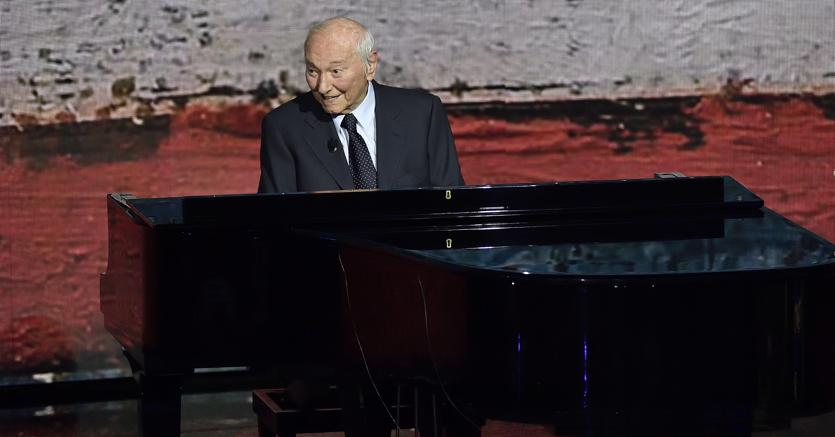 Piero Angela al pianoforte (Agf)